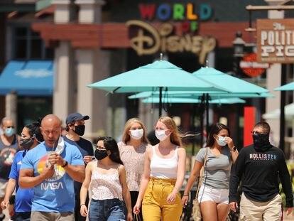 Visitantes com máscaras na Disney Springs, em Orlando, que abriu parcialmente suas instalações.
