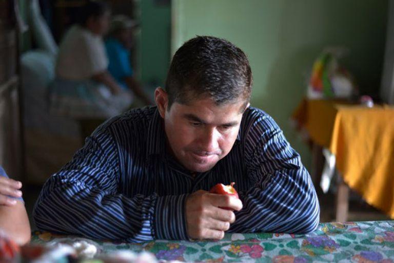 O náufrago José Salvador Alvarenga, na casa de sua família.