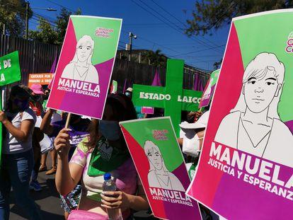 Mulheres salvadorenhas lembram e exigem justiça para Manuela na marcha de 8 de março.