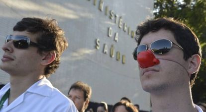 Médicos brasileiros protestam contra a vinda dos cubanos.