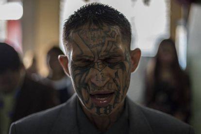 Um preso, que fez parte da Mara Salvatrucha (MS-13), reza na prisão de Gotera