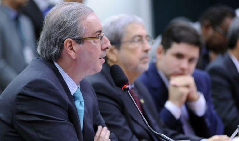 Eduardo Cunha depõe ao lado do deputado de oposição Antônio Imbassahy e do presidente da CPI, Hugo Mota.