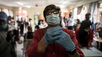 Enfermeiro prepara a vacina da Johnson & Johnson contra a covid-19 em um centro de saúde pública em Klerksdorp, África do Sul, em 21 de fevereiro de 2021.