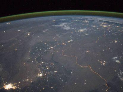 Imagem feita por um astronauta a bordo da Estação Espacial Internacional. A faixa de cor verde sobre o horizonte é o resplendor atmosférico.