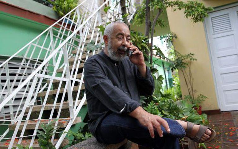 O escritor Leonardo Padura em sua casa na quarta-feira, em Havana.