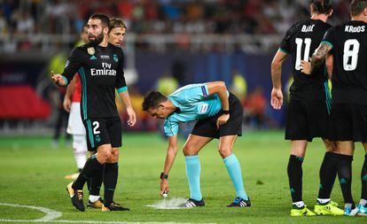 Gianluca Rocchi utiliza o spray durante a Supercopa da Europa.