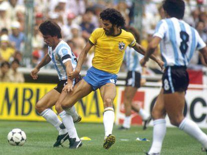 Sócrates contra a Argentina, em 1982.