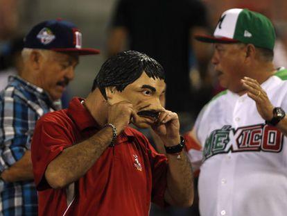 Torcedor mexicano tira máscara do narcotraficante 'El Chapo' Guzmán.