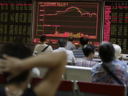 Investidores observam a bolsa da China.