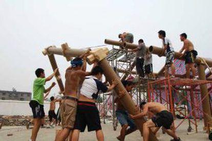 Construção da escola de Hualin (China) com estruturas de cartolina, em 2008