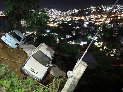 Dois carros prestes a cair num barranco após o terremoto em Acapulco. Em vídeo, o momento do tremor na Cidade do México.