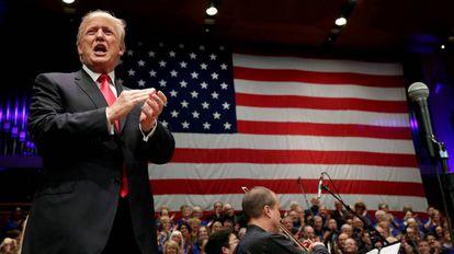 Trump em um evento com simpatizantes.