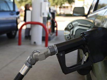 Um carro reabastece em um posto de gasolina.