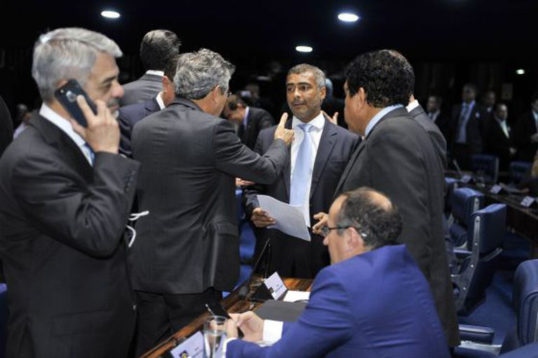 Romário, ao centro, coletando assinaturas para abrir uma CPI da CBF.