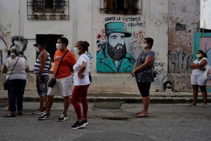 Uma fila para cambiar divisas em Havana, em julho de 2020.