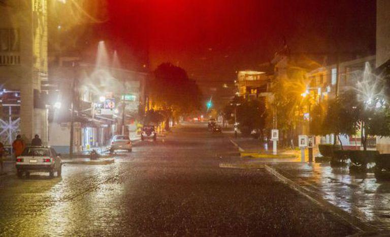 Uma rua de Puerto Vallarta durante a passagem do furacão Patricia.