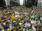 Depois de anunciar aumento de tarifas e um ajuste fiscal para colocar as contas em ordem, o país entrou em combustão, com manifestações contrárias à presidenta Dilma. No dia 15 de março uma catarse popular surpreendeu o Governo Dilma com milhares de brasileiros convocados por movimentos anti-PT em quase todos os Estados do país. Somadas às notícias sobre a corrupção do partido, a presidenta começou a ser pressionada nas ruas. Os gritos de 'Fora Dilma' prenunciavam a efervescência pelo impeachment que evoluiu ao longo do ano em novos protestos multitudinários que se repetiram em abril, agosto e dezembro. A polarização cresceu chegando à hostilidade pública de pessoas ligadas ao Governo ou de figuras públicas que tivessem se oposto à rejeição ao PT.