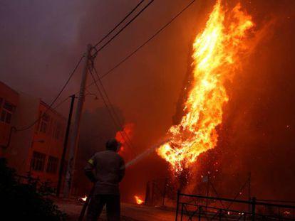 Incêndios na Grécia deixam pelo menos 74 mortos e 156 feridos