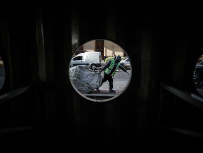 Catador de recicláveis carrega lixo em Buenos Aires, em 10 de julho.