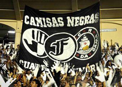 Torcida do Vasco relembra as origens do clube em São Januário.