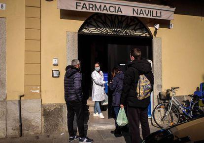 Moradores em uma farmácia em Codogno, Itália.