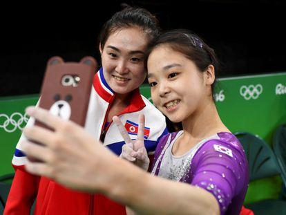 Hong Un Jong (Coreia do Norte, esquerda) e Lee Eun-ju (Coreia do Sul, direita) tiram uma selfie juntas durante os treinamentos da Rio 2016.