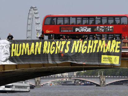 Protesto contra Trump feito pela Anistia Internacional em Londres.
