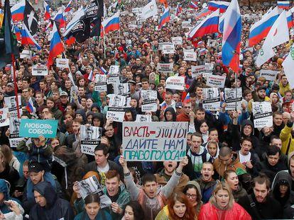 Manifestantes, durante o protesto de sábado por eleições livres em Moscou.