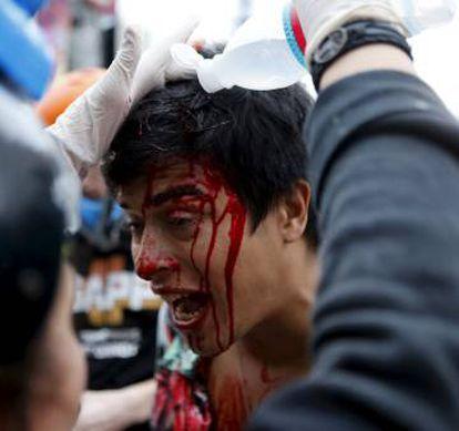 Manifestante ferido é atendido pelo Grupo de Apoio ao Protesto Popular (GAPP).