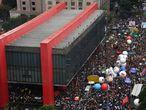 Manifestantes reunidos na Avenida Paulista, em São Paulo, ao lado do MASP.