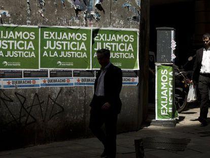 Cartazes em Buenos Aires se referem ao 'caso Nisman'.