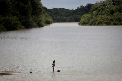 Crianças da etnia Xikrin tomam banho no rio Bacaja, em uma área de proteção ambiental na Amazônia, em outubro de 2019.