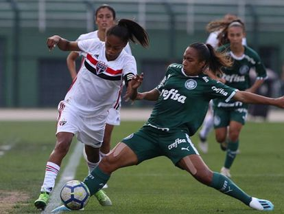 Ary, do São Paulo, tenta passar por palmeirense no clássico pelo campeonato brasileiro no Pacaembu.