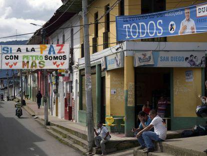 Cartazes de Iván Duque e Gustavo Petro numa rua de Icononzo, no departamento de Tolima.