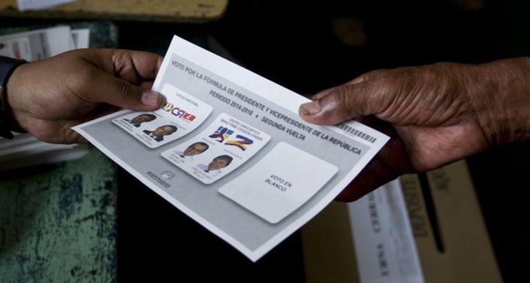 Cédulas para votar nas eleições da Colômbia.