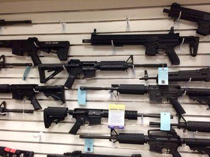 Rifles de estilo militar pendurados em uma parede da loja na qual o assassino de Orlando comprou suas armas