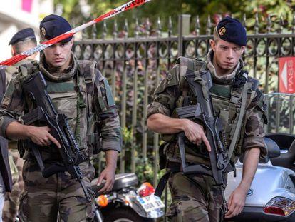 Policiais e soldados vigiam o lugar do atropelamento em Paris.