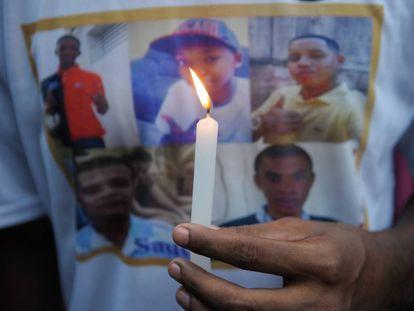 Camiseta com o rosto dos cinco jovens de Costa Barros, mortos por tiros de fuzil da polícia do Rio