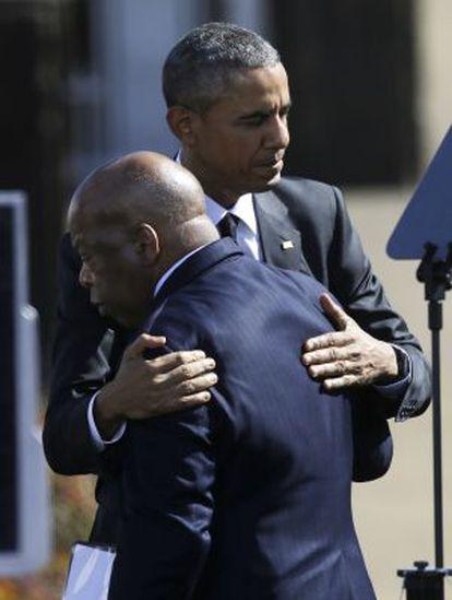 Obama abraça o parlamentar John Lewis, um dos manifestantes que ficaram feridos em Selma.