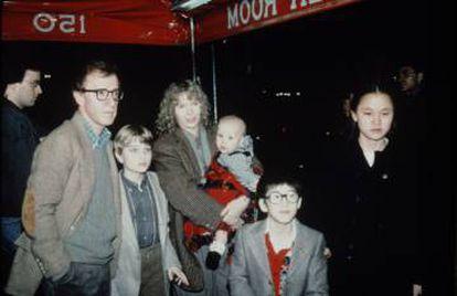 Woody Allen e Mia Farrow com seus filhos (Soon-Yi à direita).