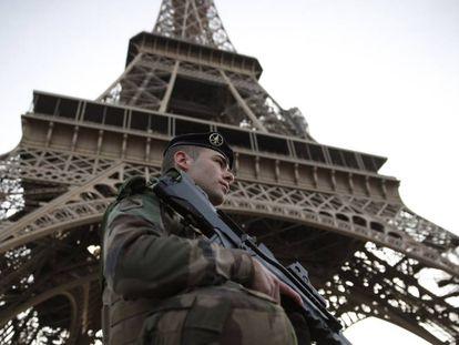 Soldado francês patrulha redondezas da Torre Eiffel, no início de novembro, em Paris.