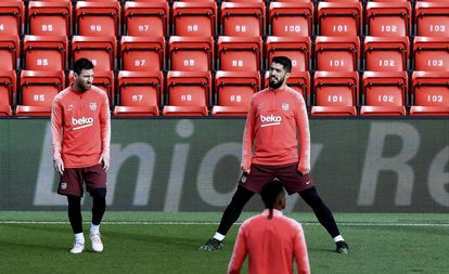 Messi e Suárez, que marcaram no Camp Nou, fazem treinamento em Anfield Road.