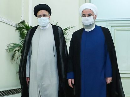 O presidente eleito, Ebrahim Raisi (à esquerda), com o presidente iraniano, Hassan Rouhani, antes da entrevista coletiva no sábado em Teerã. Em vídeo, declarações dos dois mandatários.