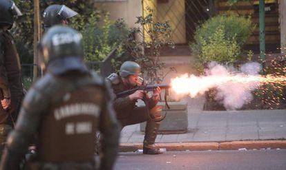 Policiais chilenos disparam bombas de gás lacrimogêneo em Santiago.