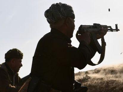 O comando 'peshmerga' repreende seus soldados ao enfrentar uma resistência feroz do EI na frente de Bashiqa, a alguns quilômetros de Mossul
