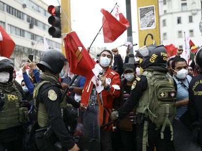 Simpatizantes de Pedro Castillo protestam neste sábado perto de uma manifestação de seguidores de Keiko Fujimori, no centro de Lima.