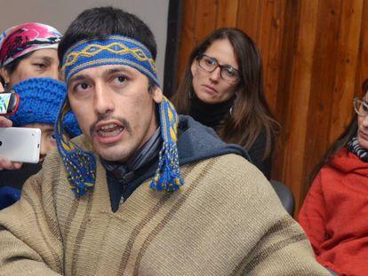 O líder mapuche Facundo Jones Huala fala com a imprensa local