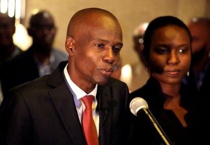 Jovenel Moïse e a primeira-dama Martine em uma entrevista coletiva após a vitória nas eleições presidenciais de 2016. Presidente haitiano foi morto a tiros e a esposa foi baleada.
