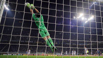 Soccer Football - Serie A - Inter Milan vs Juventus - San Siro, Milan, Italy - April 28, 2018 Juventus' Gianluigi Buffon in action REUTERS/Alberto Lingria