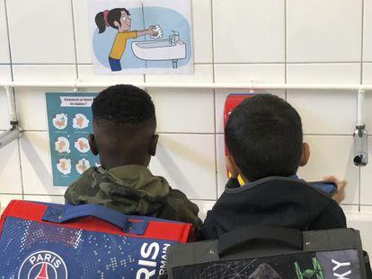 Alunos lavam as mãos em uma escola em Paris, em 1º de setembro.